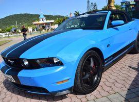 Dirigir Mustang com 02 caronas incluso no valor